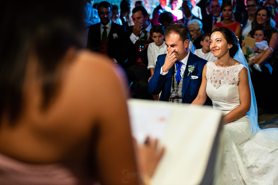 Bodas en Piedrahíta de Ana y Alberto, realizada por el fotógrafo de bodas en Salamanca Johnny García. Los novios se emocionan con las palabras que le dedica un familiar.