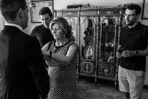 Bodas en Piedrahíta de Ana y Alberto, realizada por el fotógrafo de bodas en Salamanca Johnny García. La madre del novio le da los últimos retoques.