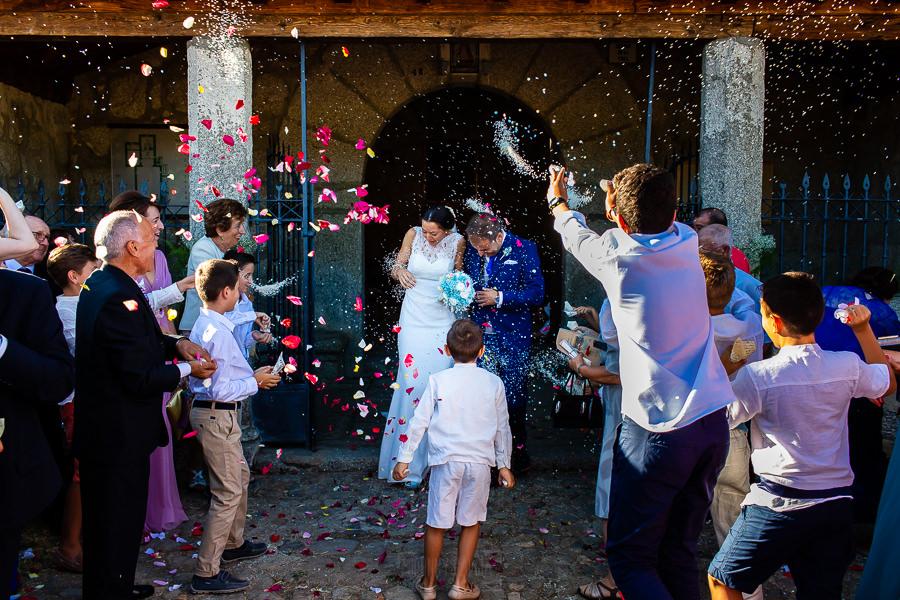Bodas en Piedrahíta de Ana y Alberto, realizada por el fotógrafo de bodas en Salamanca Johnny García. Un moneto de la salida de los novios de la ermita.