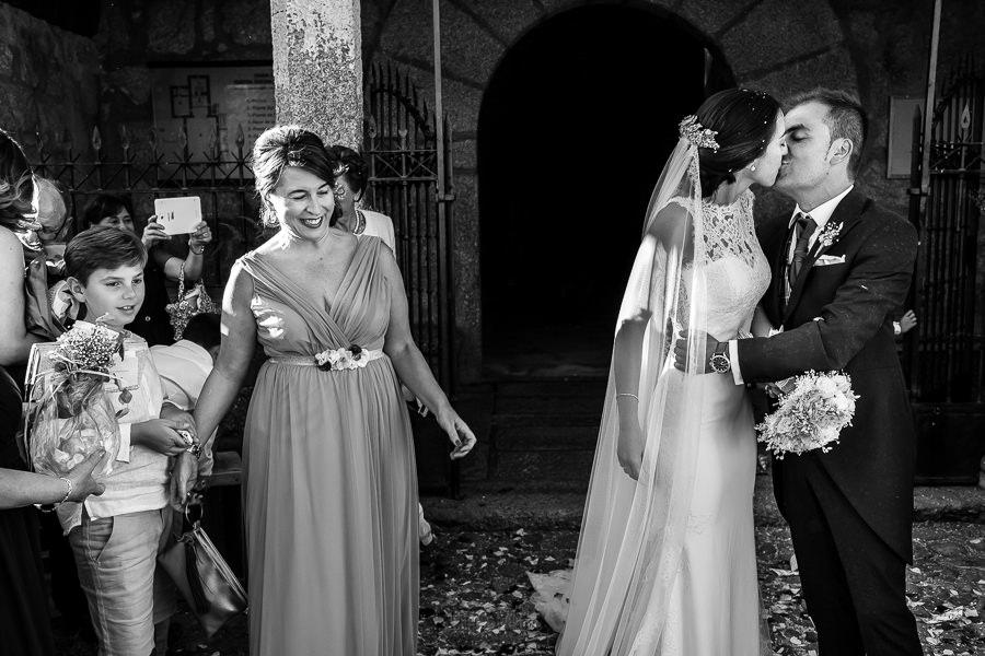 Bodas en Piedrahíta de Ana y Alberto, realizada por el fotógrafo de bodas en Salamanca Johnny García. Los novios se besan a la salida de la ermita.