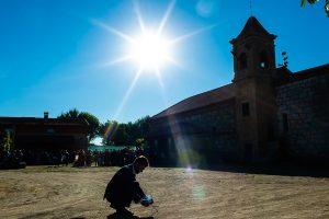 Bodas en Piedrahíta de Ana y Alberto, realizada por el fotógrafo de bodas en Salamanca Johnny García. Un amigo preparar una traca de petardos.