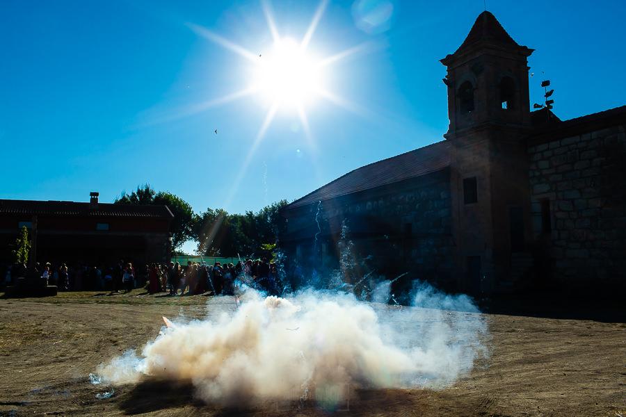 Bodas en Piedrahíta de Ana y Alberto, realizada por el fotógrafo de bodas en Salamanca Johnny García. Una traca de petardos estalla en los exteriores e la iglesia.