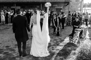 Bodas en Piedrahíta de Ana y Alberto, realizada por el fotógrafo de bodas en Salamanca Johnny García. Los novios bailan a la salida de la ermita que le esperaba la banda municipal.