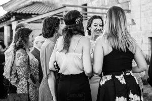 Bodas en Piedrahíta de Ana y Alberto, realizada por el fotógrafo de bodas en Salamanca Johnny García. La novia habla con sus amigas.