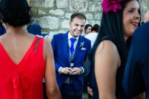 Bodas en Piedrahíta de Ana y Alberto, realizada por el fotógrafo de bodas en Salamanca Johnny García. El novio habla con sus amigos.