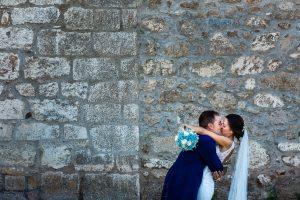 Bodas en Piedrahíta de Ana y Alberto, realizada por el fotógrafo de bodas en Salamanca Johnny García. Los novios se besan.