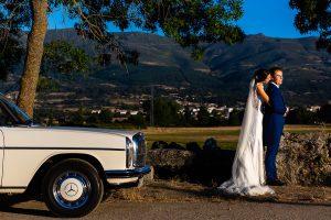 Bodas en Piedrahíta de Ana y Alberto, realizada por el fotógrafo de bodas en Salamanca Johnny García. Ana abraza a Alberto.