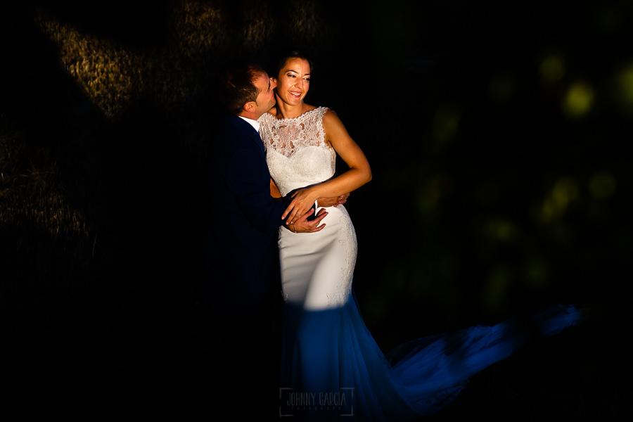 Bodas en Piedrahíta de Ana y Alberto, realizada por el fotógrafo de bodas en Salamanca Johnny García. Un rayo de luz ilumina a los novios.