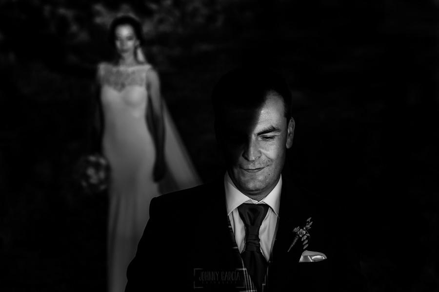 Bodas en Piedrahíta de Ana y Alberto, realizada por el fotógrafo de bodas en Salamanca Johnny García. Un retrato de Alberto, al fondo Ana.