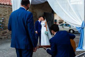 Bodas en Piedrahíta de Ana y Alberto, realizada por el fotógrafo de bodas en Salamanca Johnny García. Unos amigos le dedican una canción a la llegada de los novios a la finca.