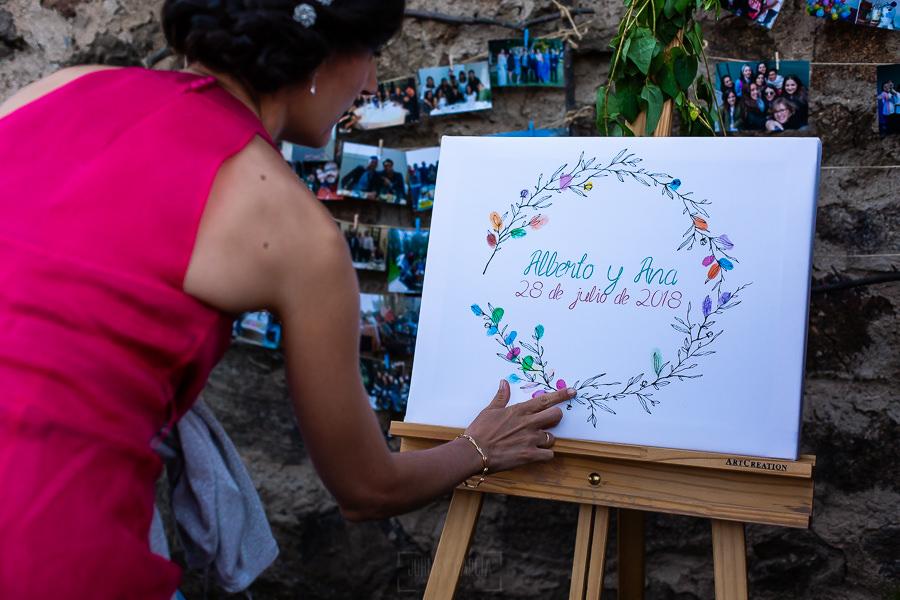 Bodas en Piedrahíta de Ana y Alberto, realizada por el fotógrafo de bodas en Salamanca Johnny García. Detalle de un marco de huellas.