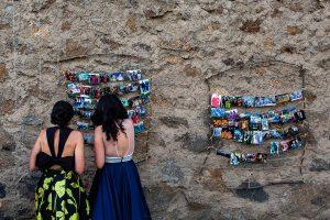 Bodas en Piedrahíta de Ana y Alberto, realizada por el fotógrafo de bodas en Salamanca Johnny García. Los novios han colgado por la finca fotos de los invitados.