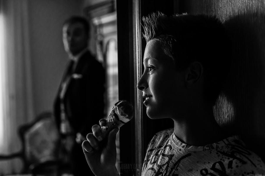 Bodas en Piedrahíta de Ana y Alberto, realizada por el fotógrafo de bodas en Salamanca Johnny García. Un sobrino de Alberto con un helado.