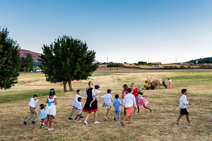 Bodas en Piedrahíta de Ana y Alberto, realizada por el fotógrafo de bodas en Salamanca Johnny García. Los más pequeños juegan por la finca.