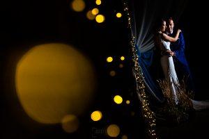 Bodas en Piedrahíta de Ana y Alberto, realizada por el fotógrafo de bodas en Salamanca Johnny García. Un retrato de los novios antes de entrar a la cena.