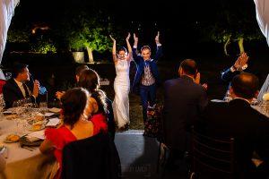 Bodas en Piedrahíta de Ana y Alberto, realizada por el fotógrafo de bodas en Salamanca Johnny García. La pareja entra a la carpa.