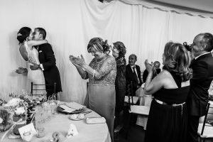 Bodas en Piedrahíta de Ana y Alberto, realizada por el fotógrafo de bodas en Salamanca Johnny García. Los novios se besan ante sus invitados.