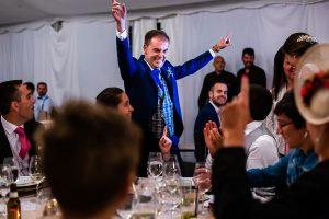 Bodas en Piedrahíta de Ana y Alberto, realizada por el fotógrafo de bodas en Salamanca Johnny García. Alberto celebra junto a familiares.