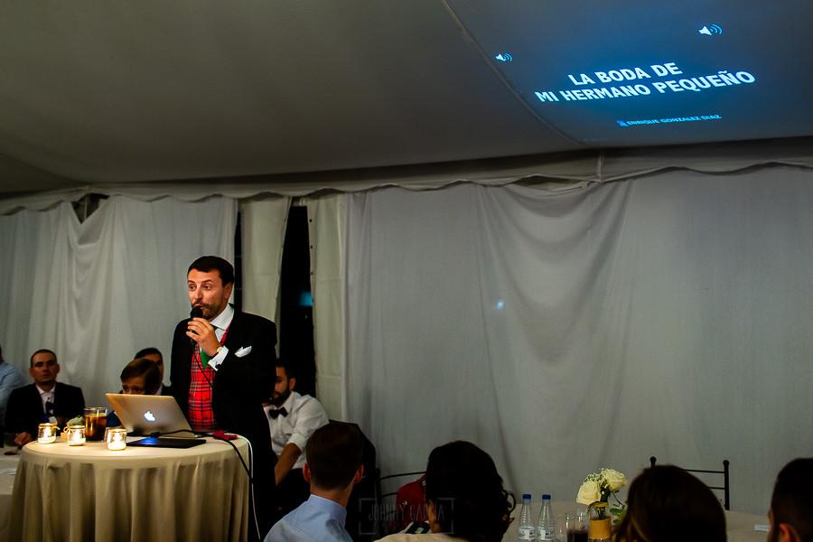 Bodas en Piedrahíta de Ana y Alberto, realizada por el fotógrafo de bodas en Salamanca Johnny García. El hermano del novio le dedica unas palabras durante la cena.