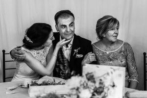 Bodas en Piedrahíta de Ana y Alberto, realizada por el fotógrafo de bodas en Salamanca Johnny García. Alberto emocionado por el discurso de su hermano.