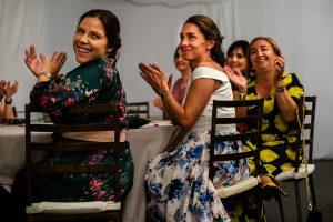 Bodas en Piedrahíta de Ana y Alberto, realizada por el fotógrafo de bodas en Salamanca Johnny García. Los familiares se emocionan por el discurso.