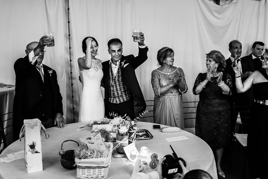 Bodas en Piedrahíta de Ana y Alberto, realizada por el fotógrafo de bodas en Salamanca Johnny García. Los novios brindan por los invitados.