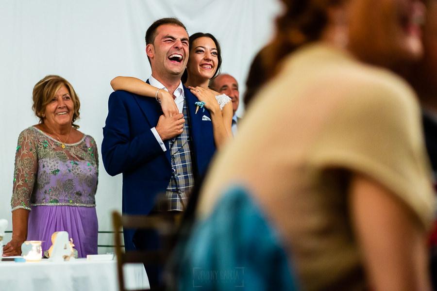 Bodas en Piedrahíta de Ana y Alberto, realizada por el fotógrafo de bodas en Salamanca Johnny García. La pareja se divierte al ver algunas imágenes.