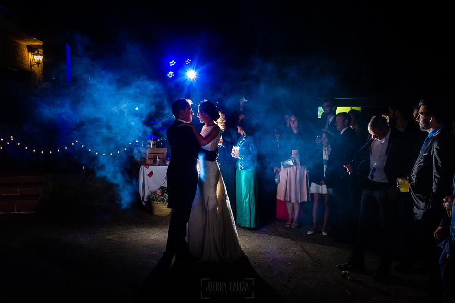 Bodas en Piedrahíta de Ana y Alberto, realizada por el fotógrafo de bodas en Salamanca Johnny García. Baile nupcial.