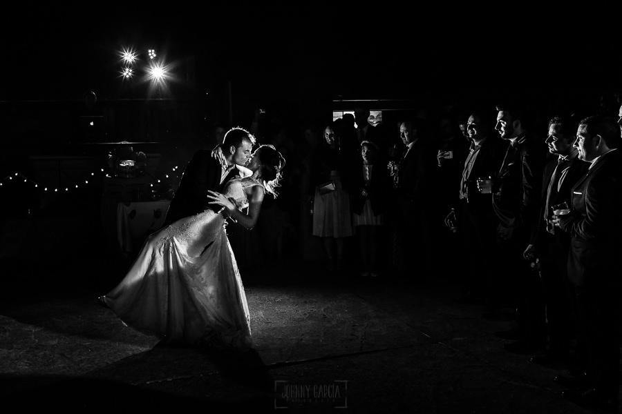 Bodas en Piedrahíta de Ana y Alberto, realizada por el fotógrafo de bodas en Salamanca Johnny García. Primer baile de los novios.