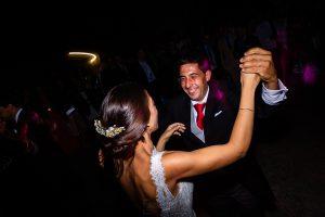 Bodas en Piedrahíta de Ana y Alberto, realizada por el fotógrafo de bodas en Salamanca Johnny García. La novia baila con su hermano.