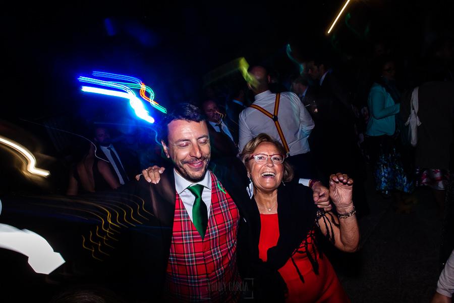 Bodas en Piedrahíta de Ana y Alberto, realizada por el fotógrafo de bodas en Salamanca Johnny García. Invitados bailando.
