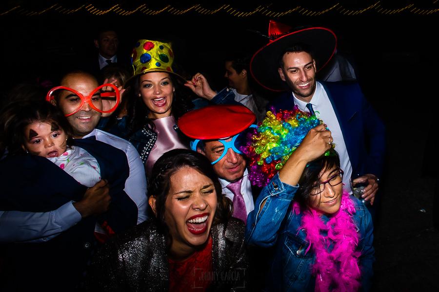Bodas en Piedrahíta de Ana y Alberto, realizada por el fotógrafo de bodas en Salamanca Johnny García. Familiares en el fotomatón.