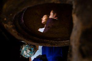 Bodas en Piedrahíta de Ana y Alberto, realizada por el fotógrafo de bodas en Salamanca Johnny García. Los novios reflejados en la pila del agua bendita.