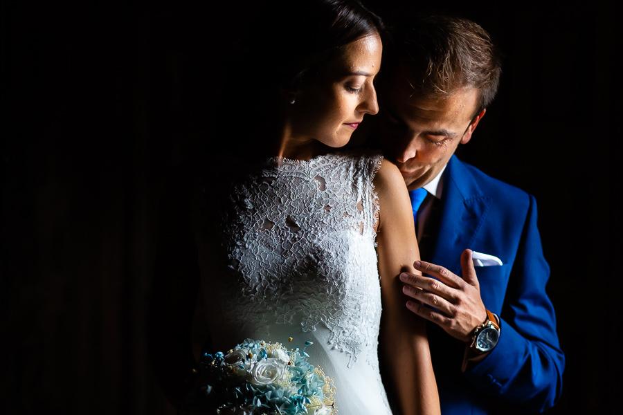 Bodas en Piedrahíta de Ana y Alberto, realizada por el fotógrafo de bodas en Salamanca Johnny García. El novio besa el hombro de la novia.