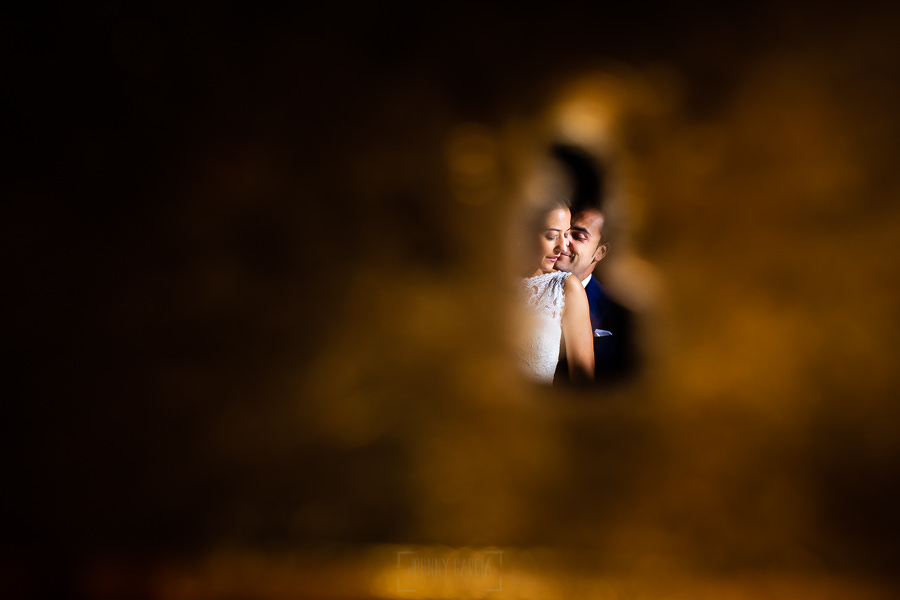 Bodas en Piedrahíta de Ana y Alberto, realizada por el fotógrafo de bodas en Salamanca Johnny García. Una imagen de la pareja a través de una cerradura.