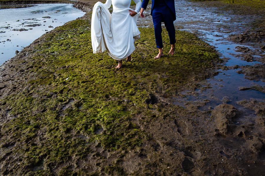 Boda en Villaviciosa de Carmen y David realizada por el fotógrafo de bodas en Asturias Johnny García. Foto de postboda, los novios descalzos.