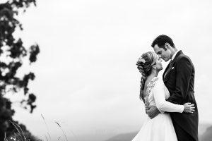 Boda en Villaviciosa de Carmen y David realizada por el fotógrafo de bodas en Asturias Johnny García. Foto de postboda, retrato en blanco y negro.