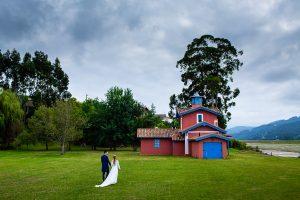 Boda en Villaviciosa de Carmen y David realizada por el fotógrafo de bodas en Asturias Johnny García. Foto de postboda en una casa al lado de la ría.