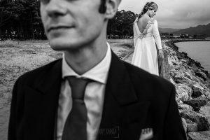 Boda en Villaviciosa de Carmen y David realizada por el fotógrafo de bodas en Asturias Johnny García. Foto de postboda en la playa de Rodiles.