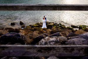 Boda en Villaviciosa de Carmen y David realizada por el fotógrafo de bodas en Asturias Johnny García. Foto de postboda cerca de la playa de rodiles.