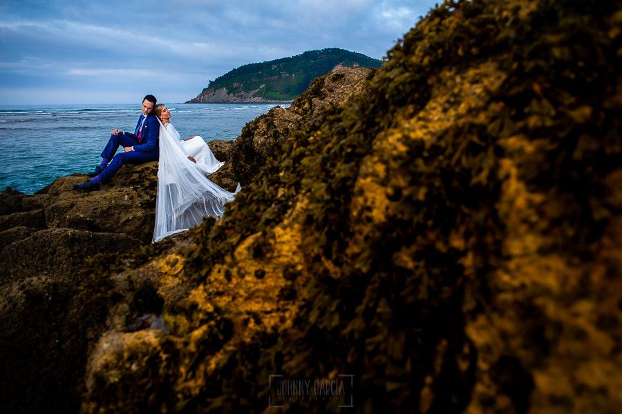 Boda en Villaviciosa de Carmen y David realizada por el fotógrafo de bodas en Asturias Johnny García. Foto de postboda en las rocas de la playa.