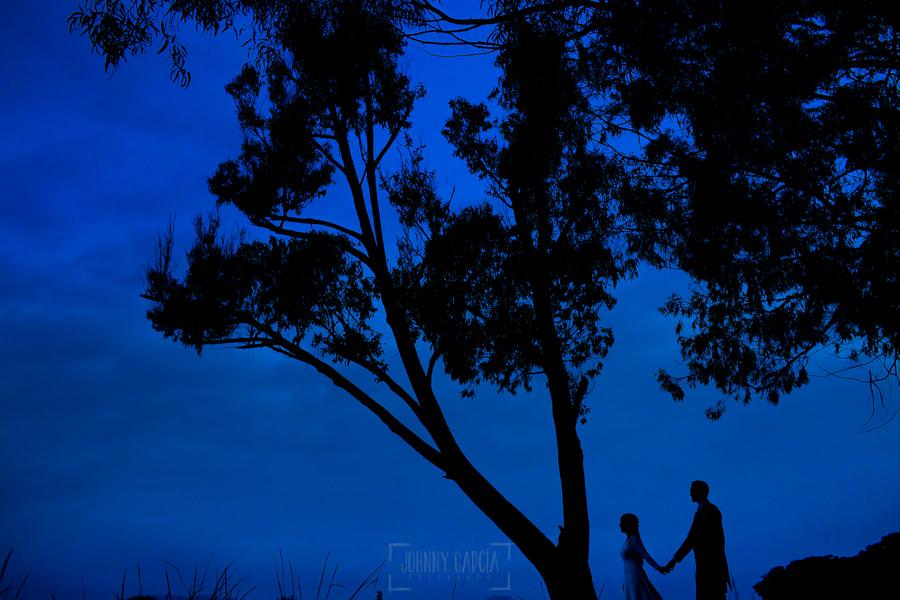 Boda en Villaviciosa de Carmen y David realizada por el fotógrafo de bodas en Asturias Johnny García. Foto de postboda, contraluz al anochecer.