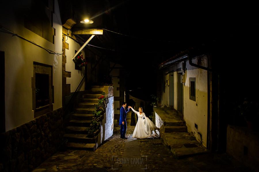 Boda en Villaviciosa de Carmen y David realizada por el fotógrafo de bodas en Asturias Johnny García. Foto de postboda en Lastres mientras la pareja baila.