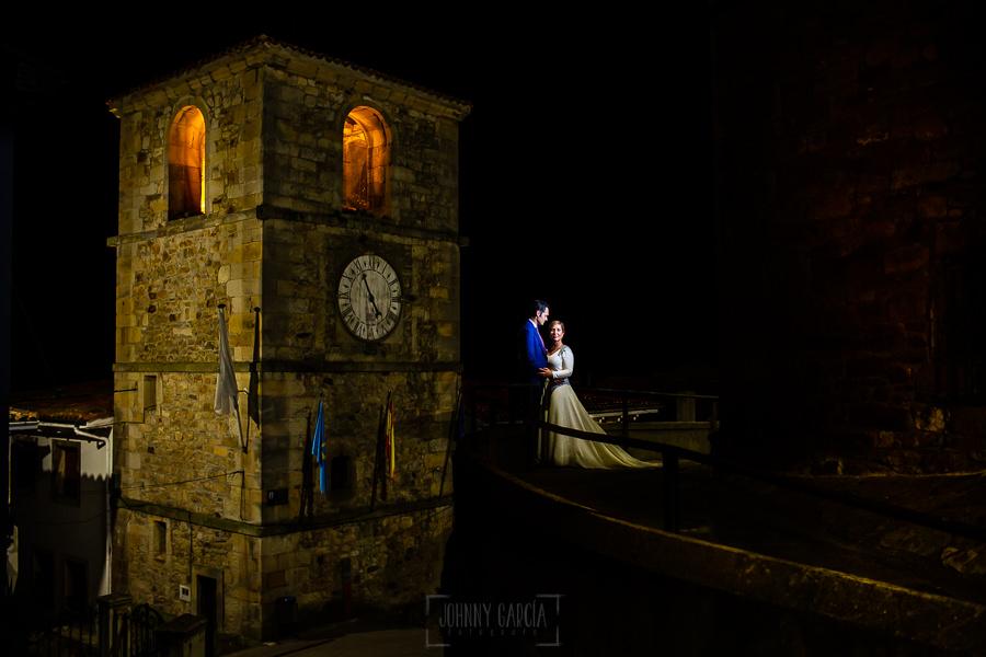Boda en Villaviciosa de Carmen y David realizada por el fotógrafo de bodas en Asturias Johnny García. Foto de postboda delante del campanario de Lastres.