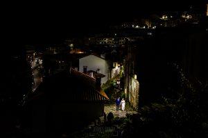Boda en Villaviciosa de Carmen y David realizada por el fotógrafo de bodas en Asturias Johnny García. Foto de postboda por las calles de Lasttres.