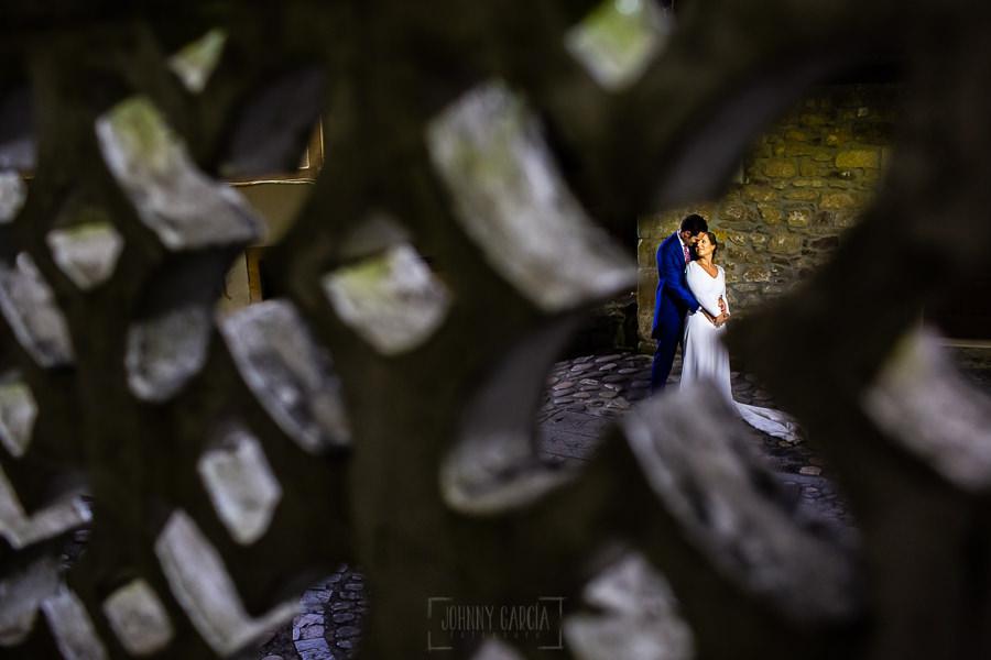 Boda en Villaviciosa de Carmen y David realizada por el fotógrafo de bodas en Asturias Johnny García. Foto de postboda, la pareja se abraza en una plaza de Lastres.