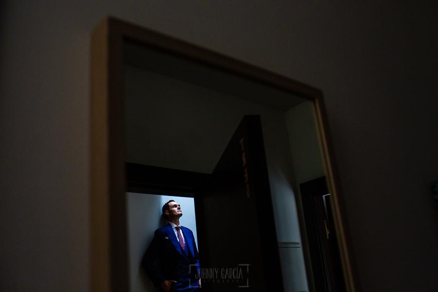 Boda en Villaviciosa de Carmen y David realizada por el fotógrafo de bodas en Asturias Johnny García. Un retrato de David reflejado en un espejo.