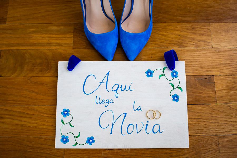 Boda en Villaviciosa de Carmen y David realizada por el fotógrafo de bodas en Asturias Johnny García. Los zapatos de la novia.