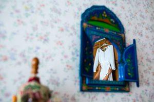 Boda en Villaviciosa de Carmen y David realizada por el fotógrafo de bodas en Asturias Johnny García. El vestido de la novia.