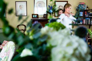 Boda en Villaviciosa de Carmen y David realizada por el fotógrafo de bodas en Asturias Johnny García. La madre de la novia la ayuda con el vestido.